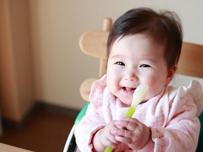 離乳食を待つ赤ちゃん