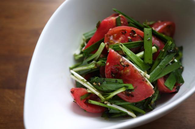 生のニラとトマト、水菜のサラダ