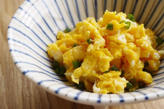 黄身の色が濃いと玉子焼きもきれいな仕上がり。