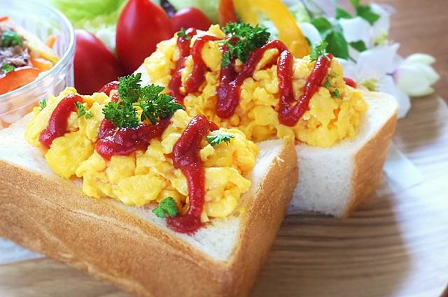 スクランブルエッグには黄身の色が濃い赤玉子がおすすめです。